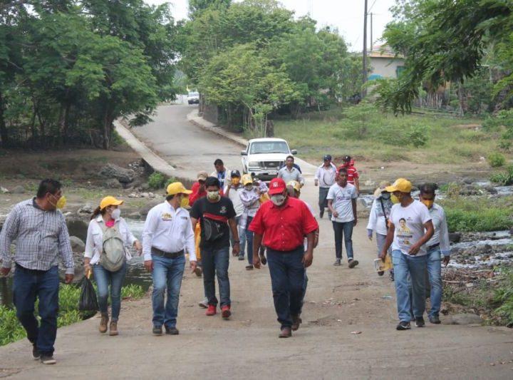 Dr. Elvis Arturo recibe el respaldo de la gente de Los Lirios