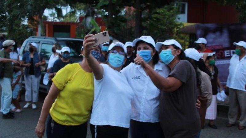 Recibe cariño de mujeres en colonias la doctora Remedios