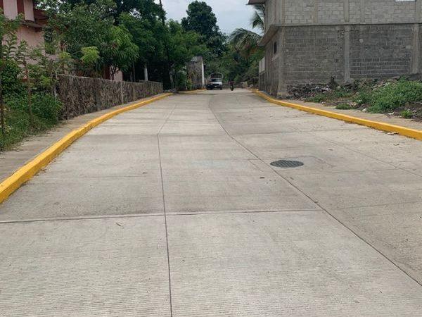 Realizan obra de pavimentación en la prolongación Abasolo, de Catemaco