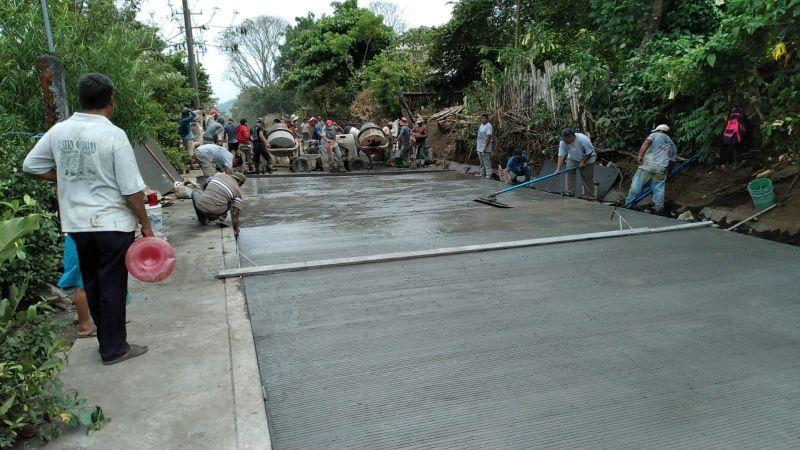 Realiza ayuntamiento de Catemaco obra de pavimentación en «El Jobo»
